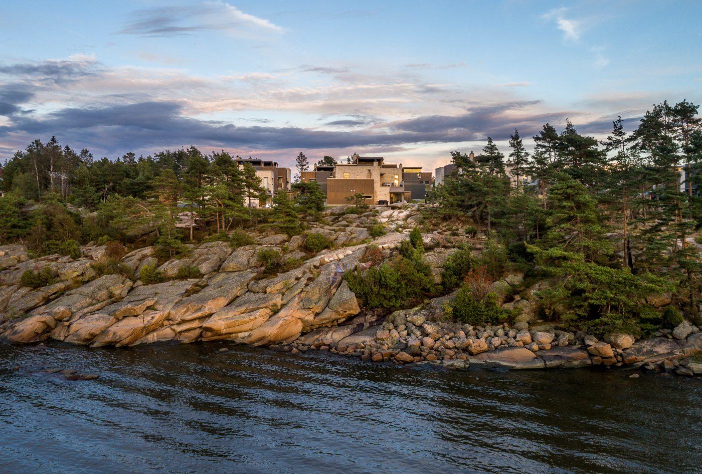Dronebilde av boliger på Langøya Vest, sjø og svaberg i forgrunnen